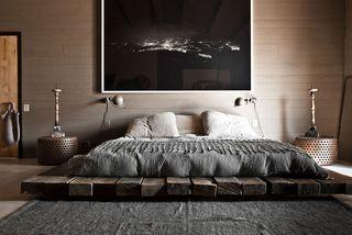 Plateforme lit fait des planches de bois recyclés
