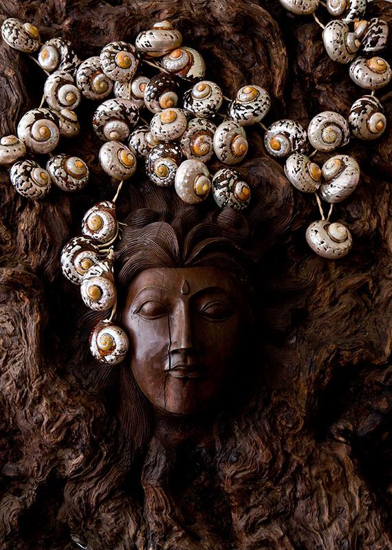 LAURIE MICHALOWSKI • NEPHTYS (2014) pièce unique, statue en bois, luminaire de tissé de rafia, coquillages