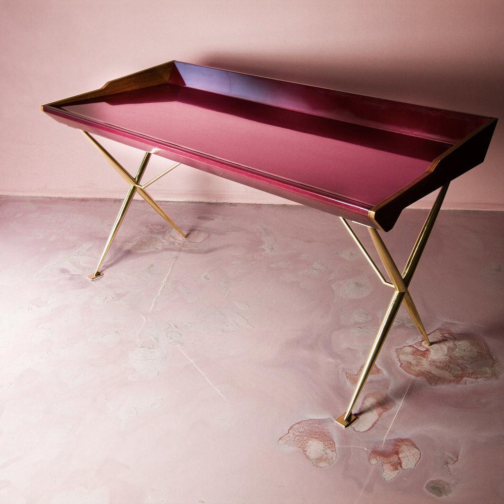 [[Versatil - desk in pink lacquered wood and brass//Versatil - bureau en bois laqué rose et laiton]]