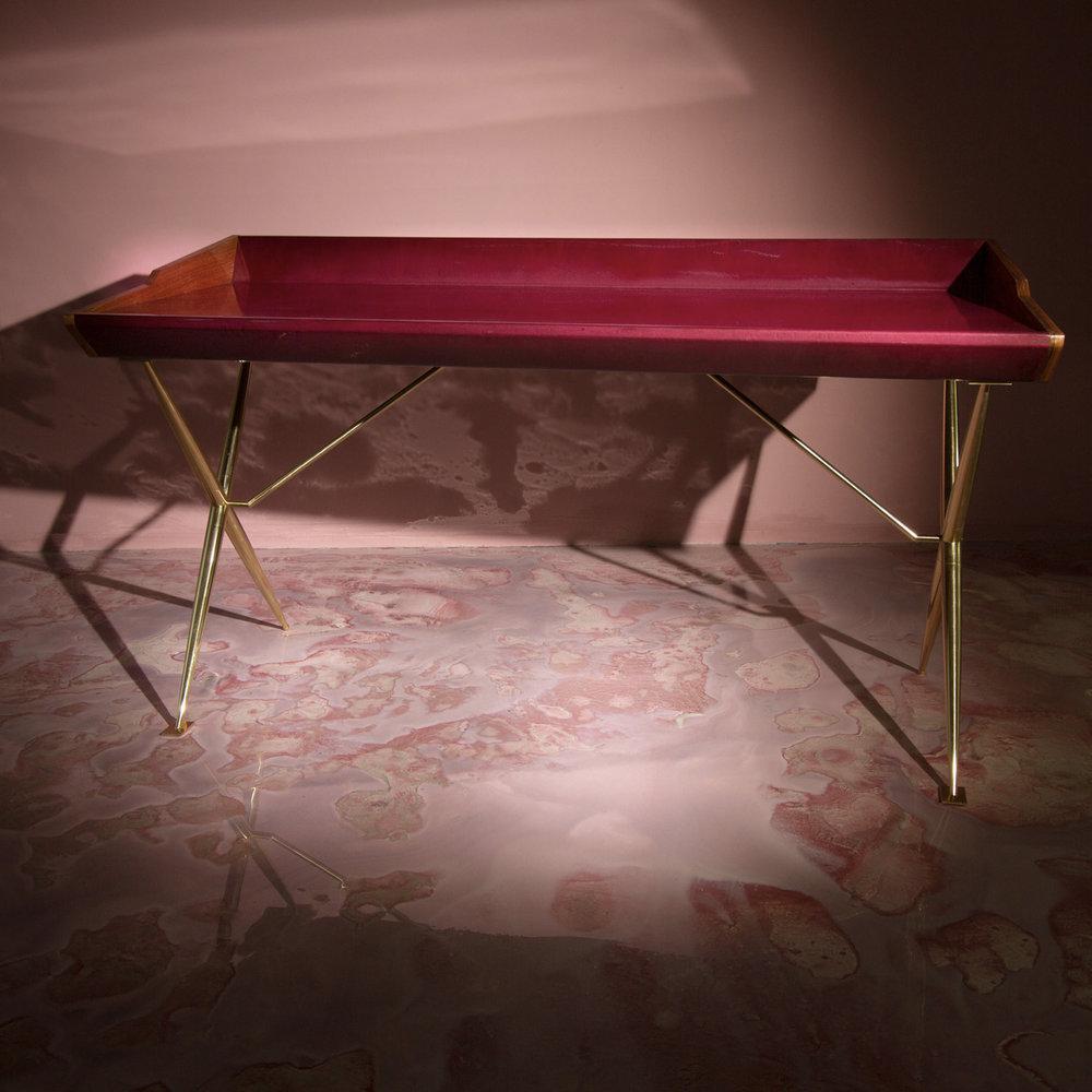 [[Versatil - desk in pink lacquered wood and brass by//Versatil - bureau en bois laquérose et laiton par]] Privatiselectionem. Photo: SORS Privatiselectionem