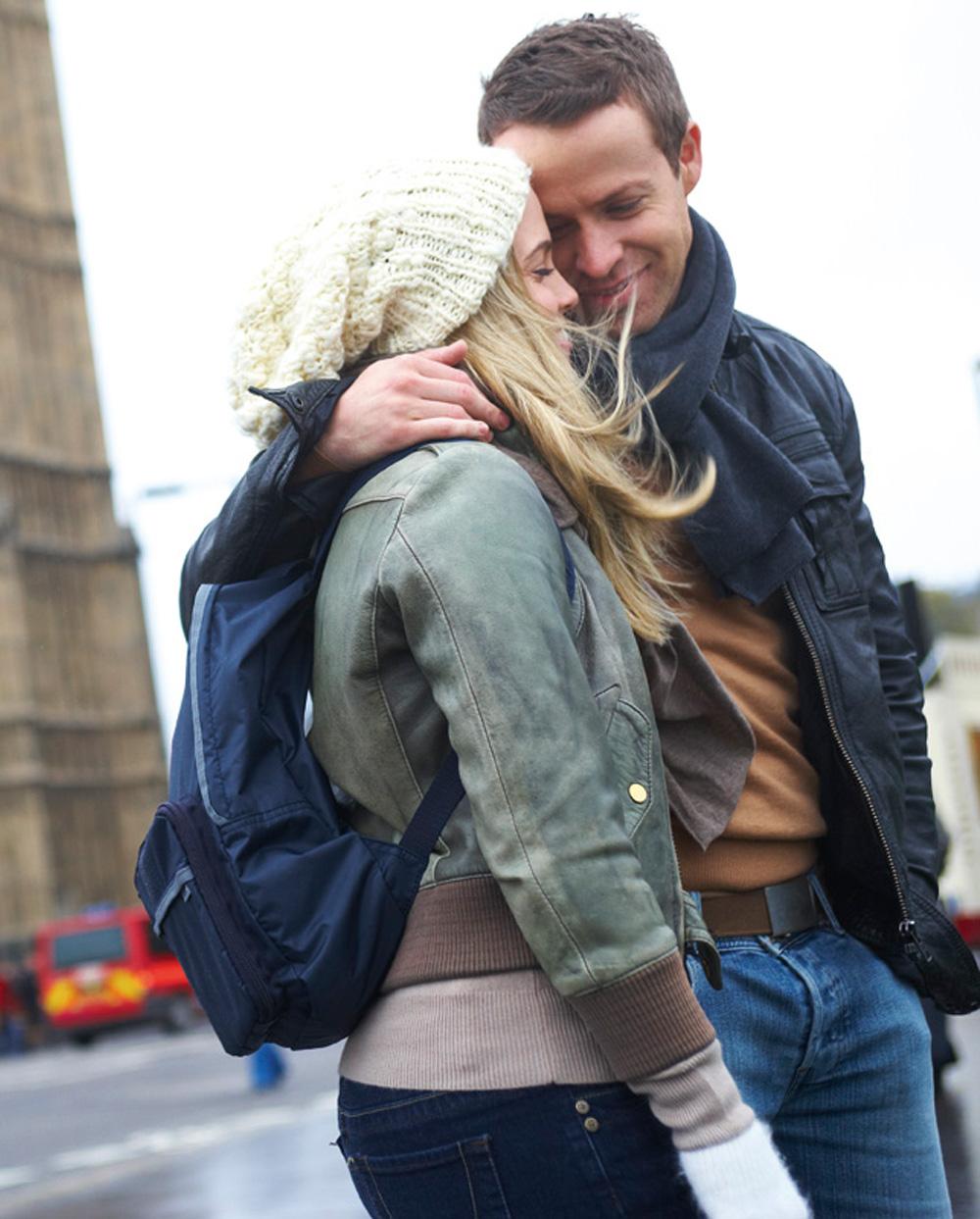 couple_traveling_backpack.jpg