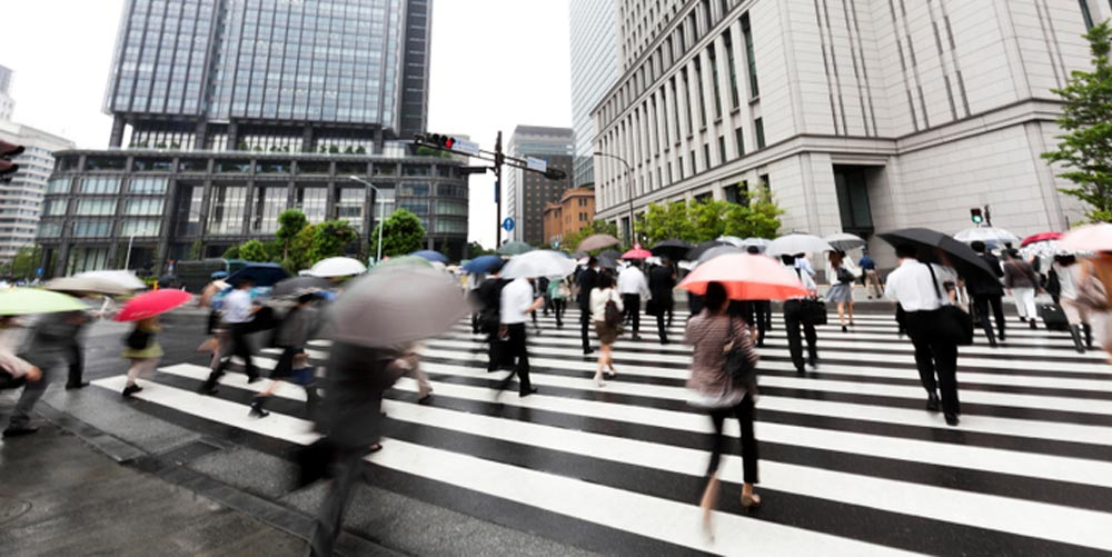 rain_in_japan_at_crosswalk.jpg