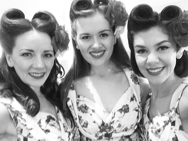 Friday's here!! 🎉 This weekend is set to be a good one as we head to @truckfestival tomorrow! 🎶 What are your weekend plans? 😊 --- #theglamophones #vintage #retro #girlgroup #trio #vocalharmony #singers #victoryrolls #monochrome #blackandwhite #bandw #truckfest #oxfordshire #friday #tgif