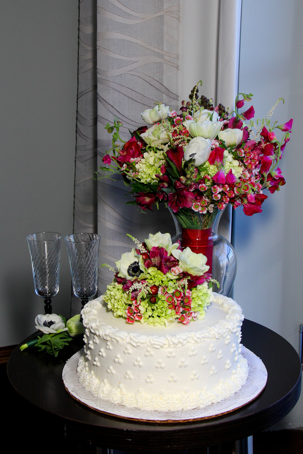 Elope to Savannah Flowers bride's bouquet and wedding cake, elope, destination wedding cake