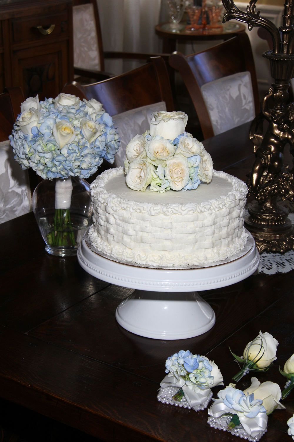 Wedding cake with roses, blue and white wedding