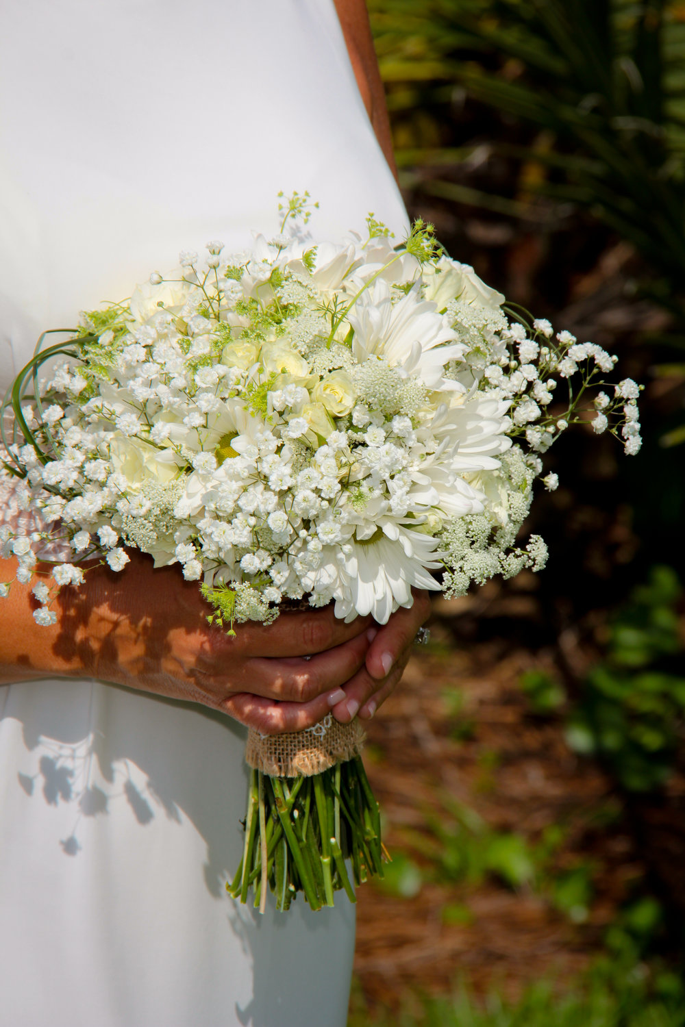 Daisey brides bouquet with babys breath and queen Annes lace