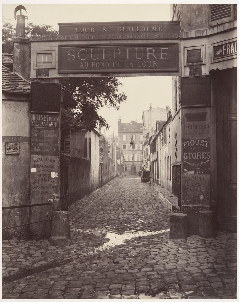 Sparkling sewage inCour Saint-Guillaume, 1865.