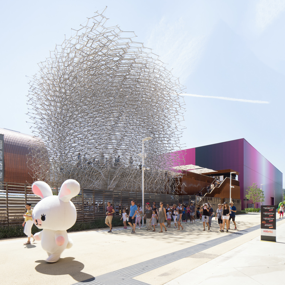 people walking by uk pavilion, milan expo, mark hadden architectuur fotograaf