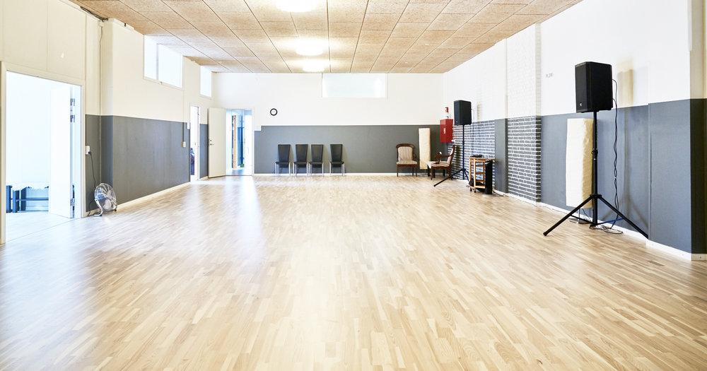 Det lille locale er på 105 m2 accustisk dæmpning I loftet. Der kommer ventilation. Der kommer også danse spejle op langs den højre væg.
