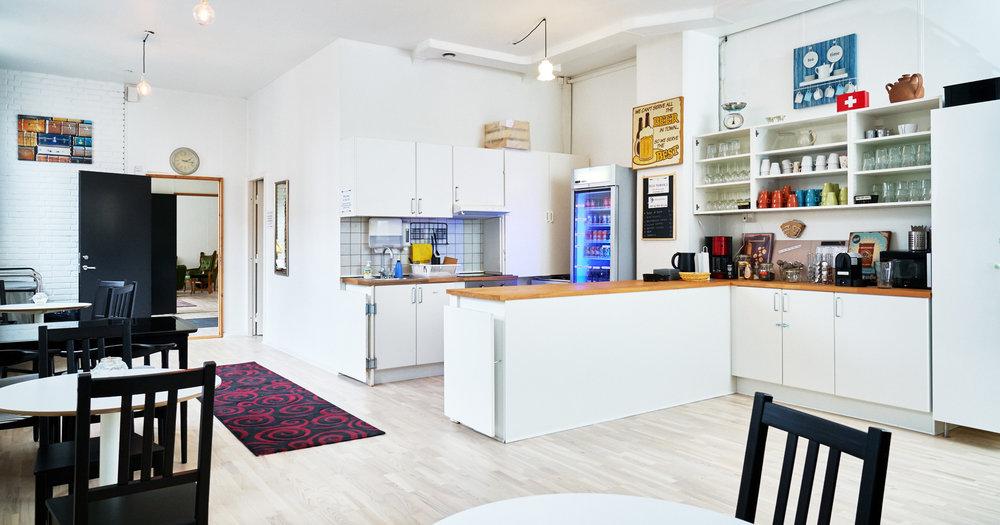 Stort lyst frokostrum / køkken med masser af siddepladser