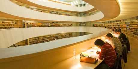 Dieses Bild muss mit Euch geteilt werden liebe Zürcher. Den bei diesem prächtigen Bau, handelt es sich um die Bibliothek der Universität Zürich. Ein Besuch kann ich Euch auf jeden Fall nahelegen.