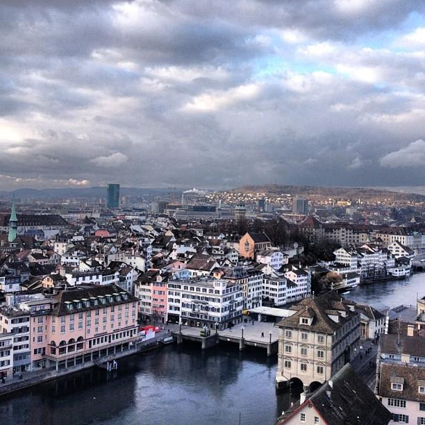 Trotz Wolken behangenem Himmel, traumhaft. Zürich, mit der Urania Sternwarte, der Limmat und dem Prime Tower im Hintergrund. Aufgenommen von mafiabro