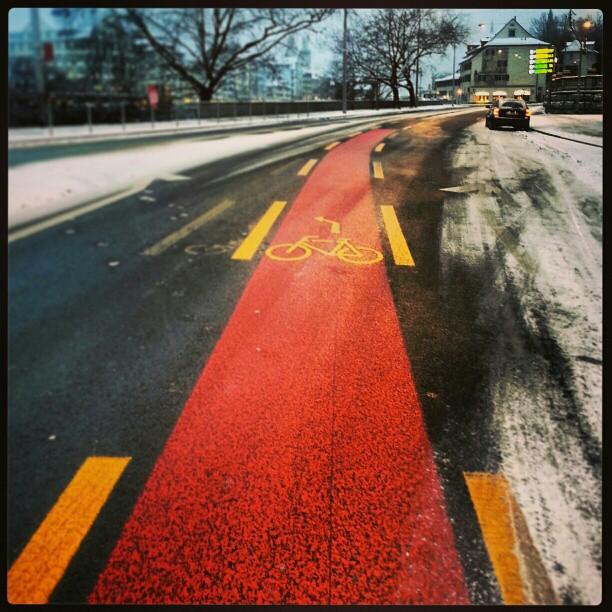 Zürich die Fahrrad Stadt. Schön dargestelt mit dem roten Fahrradstreifen. Aufgenommen von  pixxpower