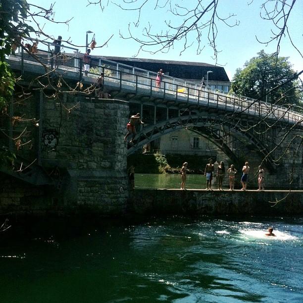 runzrhhatdie Zürcher beim Baden fotografiert. ;) hier @Dammbrücke