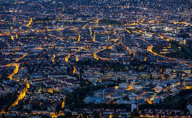 Traumhaft diese Stadt bei Nacht. Gefunden bei hannatashimaya . Aufgenommen von Sandro Bisaro  .