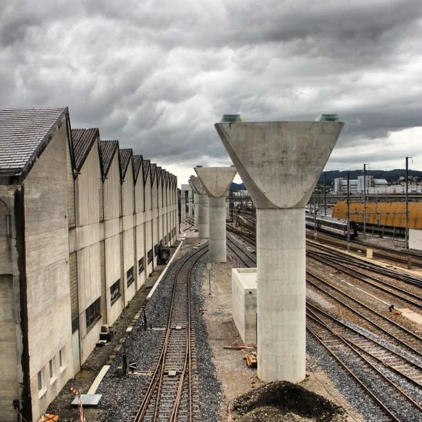 """Etwas was mich jedes mal fasziniert wenn ich daran vorbei fahre hat pixxpower aufgenommen. Und dann noch was für eine Aufnahme. Hier der Güterbahnhof mit den Brückenpfeilern, sag mal pixxpower, wie kommst du zu so einer Perspektive?!     """"No Bridge"""" (Güterbahnhof - Zurich - Switzerland) #tweegram #instagood #photooftheday #iphonesia #instamood #instagramhub #picoftheday #instadaily #bestoftheday #zurich #switzerland #pixxpower (hier: VBZ Güterbahnhof)"""