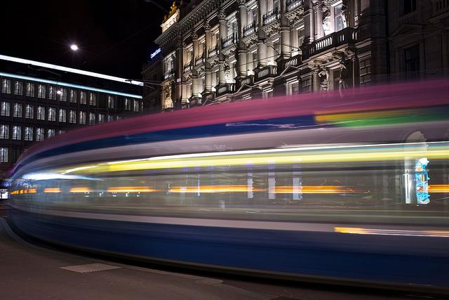 Superschöne langzeitbelichtung eines Zürich Trams am Paradenplatz. Aufgenommen durch1wantchange
