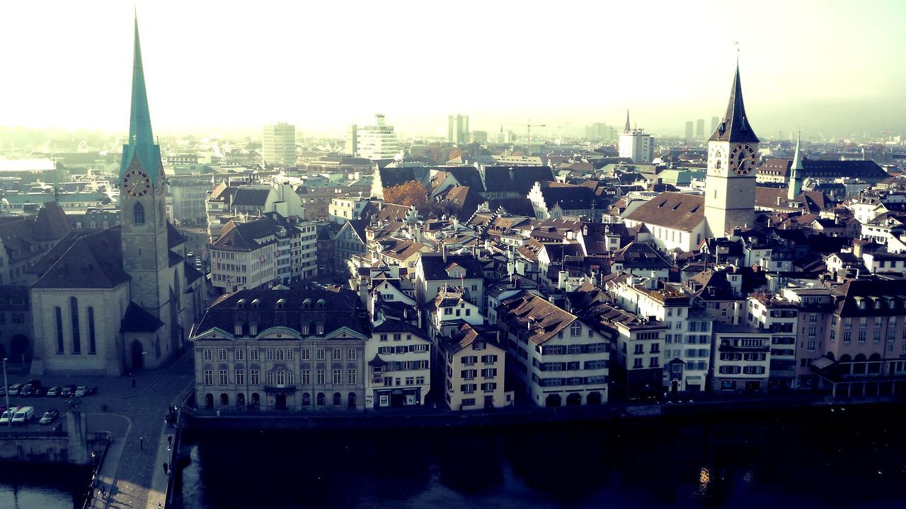 Zu sehen Frau Münster & die St Peter's Kirche von der Aussichtsplattform vom Grossmunster. Aufgenommen von :  laura-saved-latin