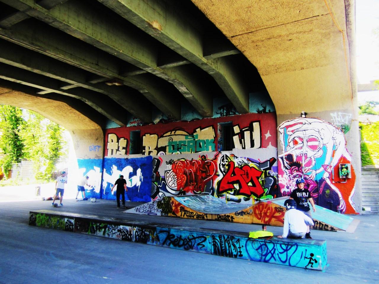 Gefunden bei arinacretu . Unter der Korchnhausbrücke gleich beim Letten. Spricht für sich…