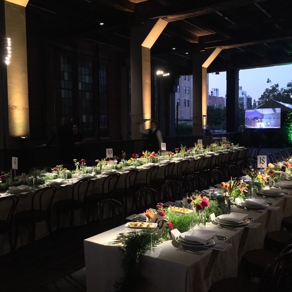 The industrial columns provide a natural starting point for defining the dinner reception space with light and enhancing the overall ambiance and atmosphere.