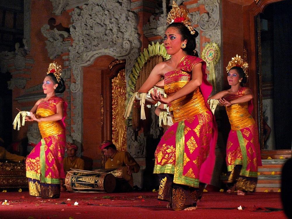Legong_Dance_Ubud_Bali_01-1068x801.jpg