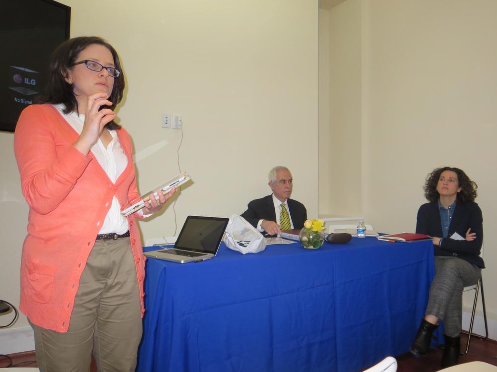 Teresa Nieves-Chinchilla presenta el tema de discusión y los ponentes.