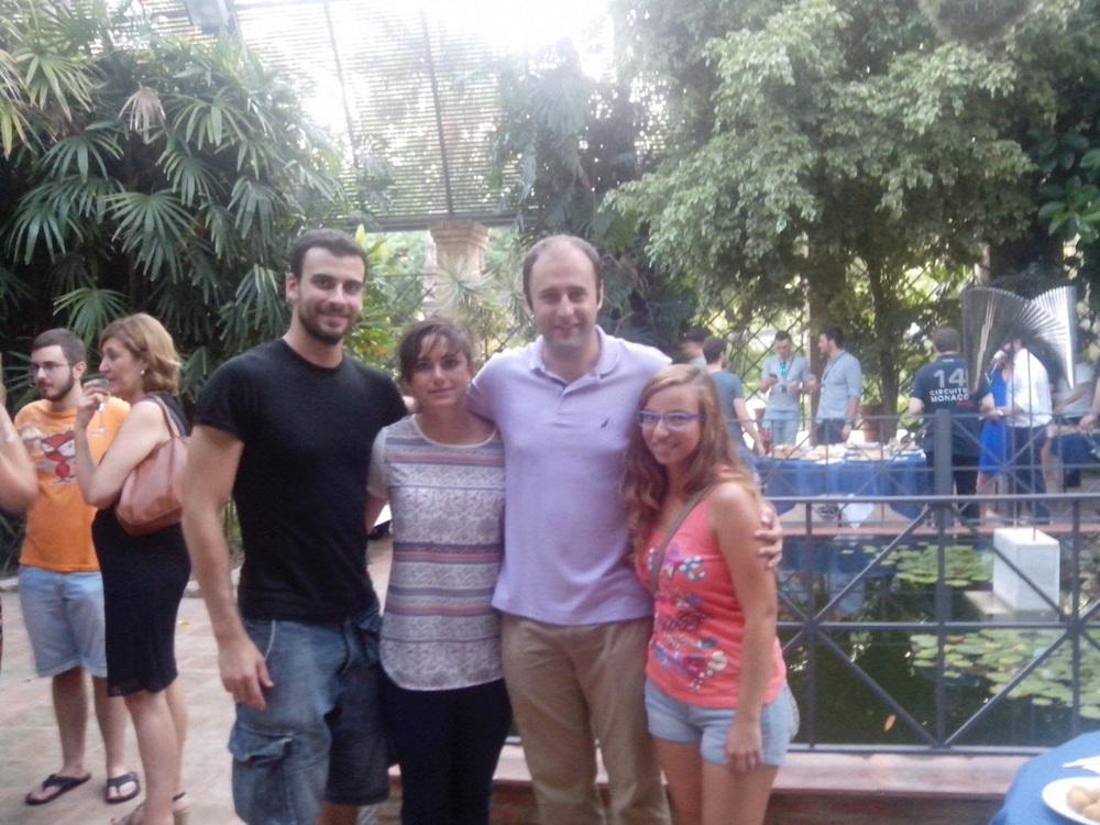 El ganador al mejor mentor, Joaquín López, con los estudiantes que ha asesorado.