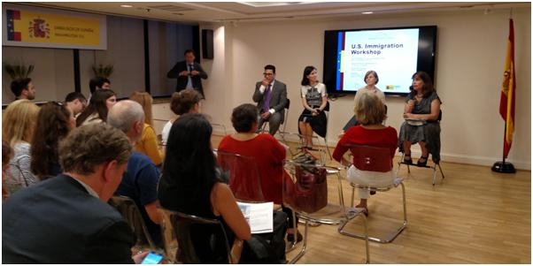Al fondo de la sala de conferencias de la Embajada de España y de izquierda a derecha: Ignacio A. Donoso, Gemma Cortijo, Susan Kern y Lisa Brenman.