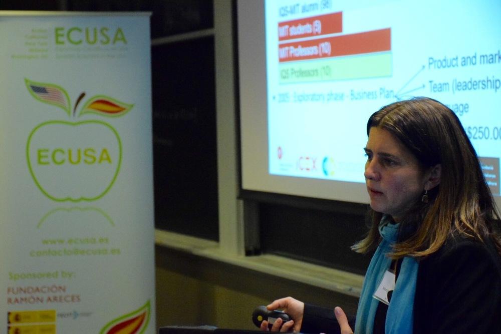 Dra. Mercedes Barcells en el evento del primer aniversario de ECUSA-Boston. MIT, Cambridge, MA. 2 de noviembre de 2015.