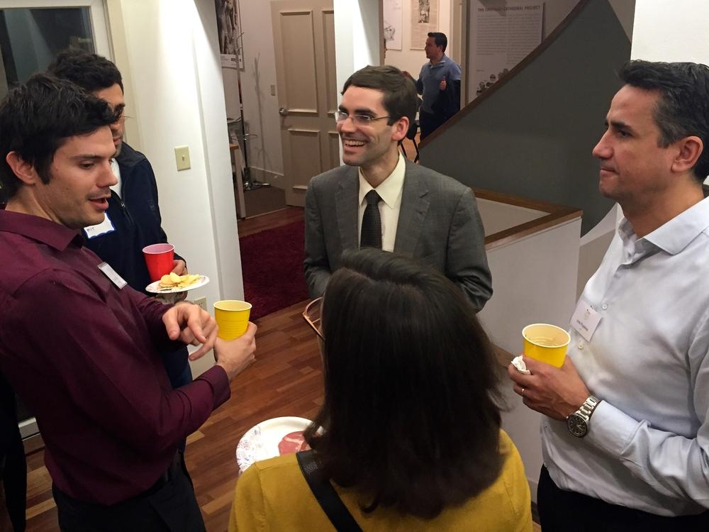Dr. Tomás Palacios respondió a las curiosidades de los asistentes durante el evento de networking tras su magnífica charla.