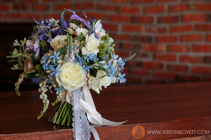 The bouquet was finished with a ivory ribbon, silk grey ribbon and a beautiful grey lace.