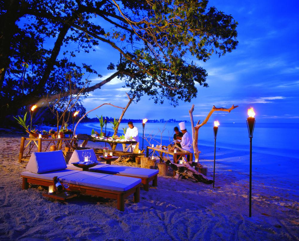 Romance_Private-Dining-Beach-BBQ_Sarojin_Khaolak_Thailand_hr.jpg
