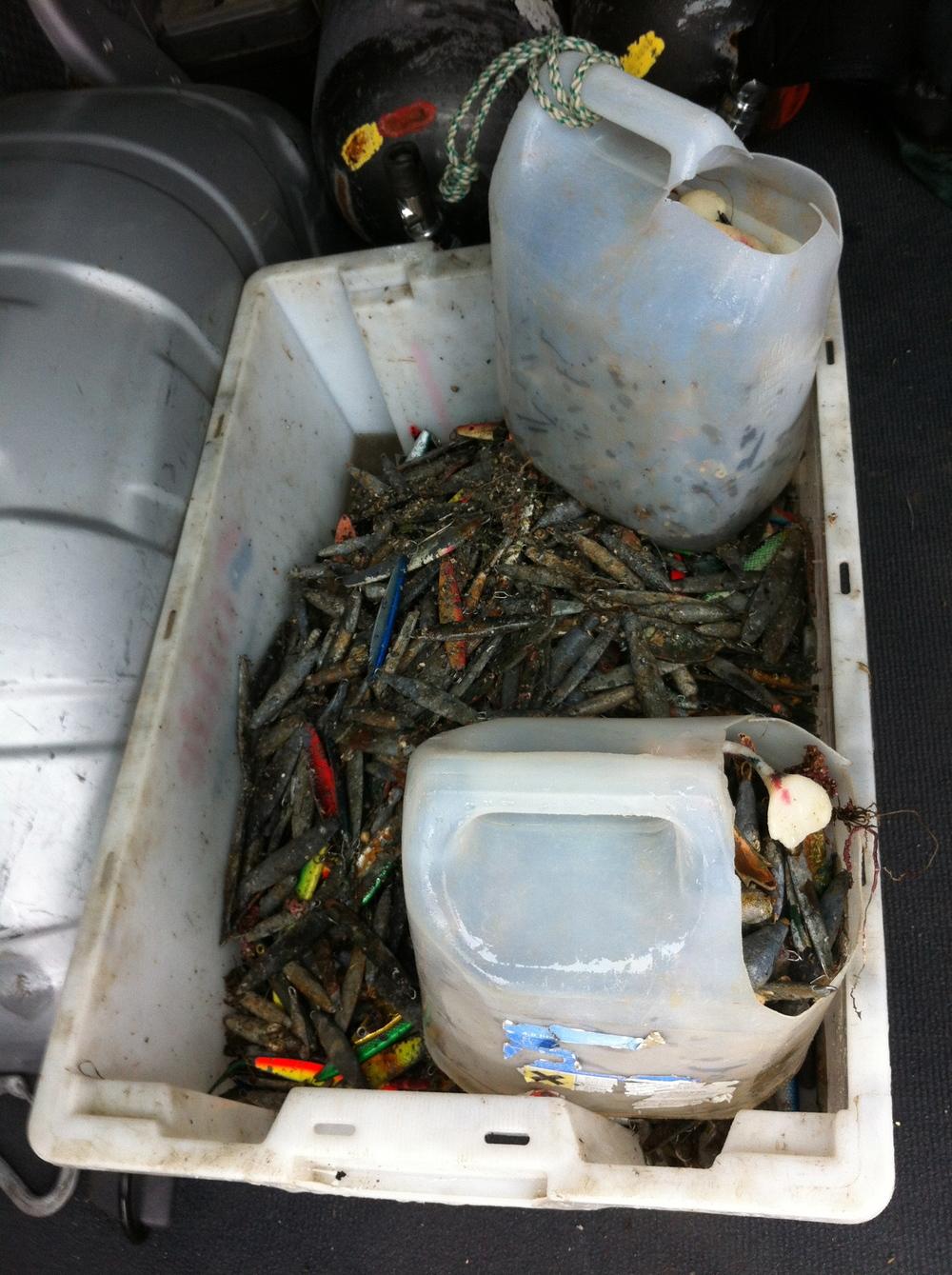 Fangst av bly etter en helgs dugnad. En full vindusspylerdunk veier ca 15kg.