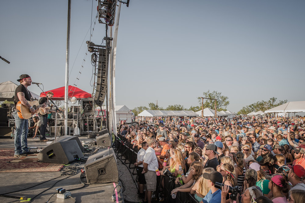 Stoney LaRue and crowd.jpg