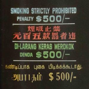 """Schild mit """"Rauchen Verboten"""" auf vier Sprachen, was überall zu sehen ist."""