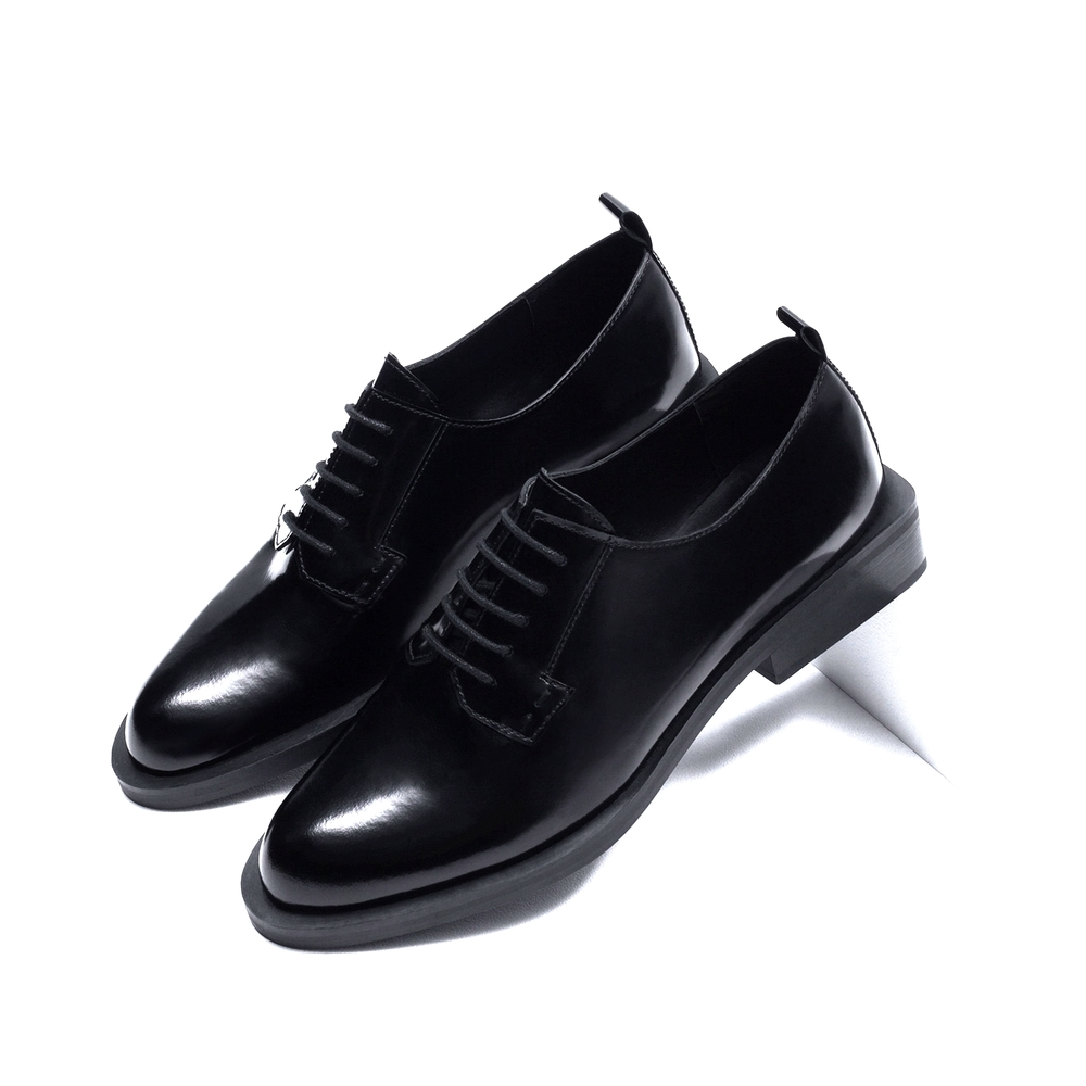 Glossy black oxfords with a funky block heel are a YAS QUEEN.  Zara oxfords, $119, at  Zara .
