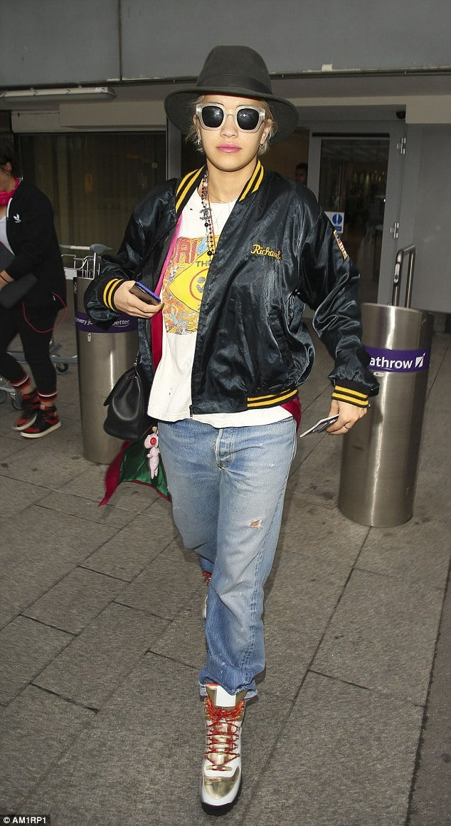 Rita Ora  makes the airport her runway and I love her for it! / Via  Daily Mail