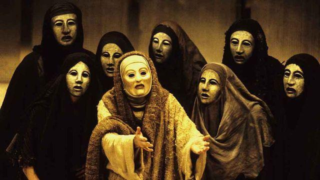 Coro das Coéforas na  Oresteia encenada por Peter Hall (National Theater, 1981)