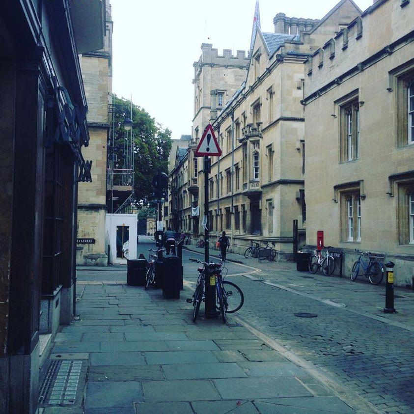 Lugar onde quatro ruas se encontram.