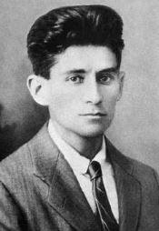 Franz Kafka, revelando uma faceta, ou pelo menos um corte de cabelo, de clássico controverso.