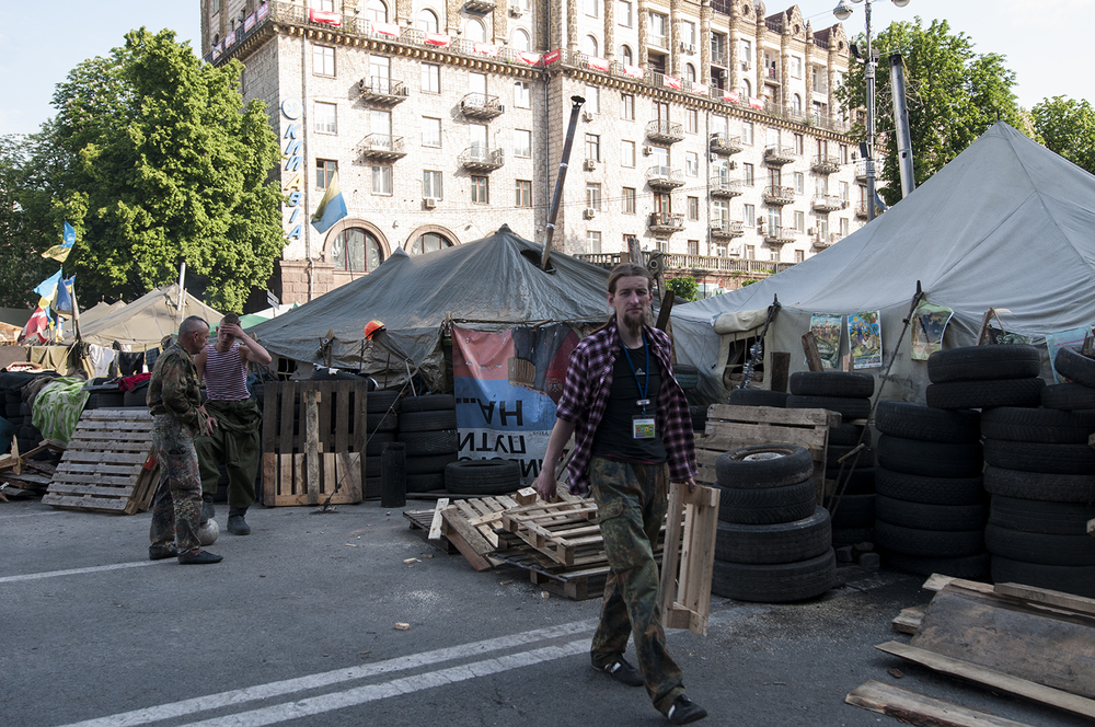 Maidan activist discussing and working next to their tents
