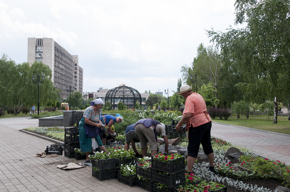 City workers gardening behind the ODA as the Vostok Battalion start to take over the building
