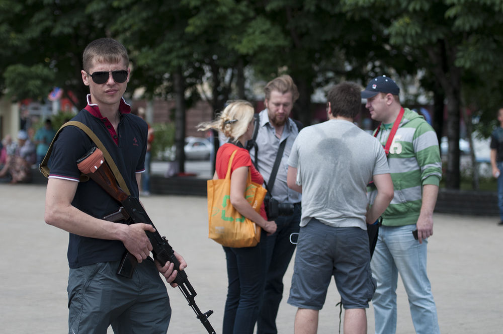 Young man assuring the security of the Donetsk People's Republic leaders