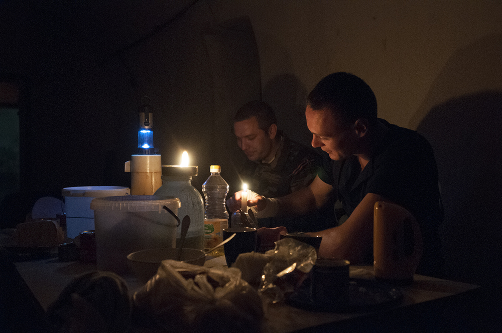 Two soldiers from the DPR eating lunch