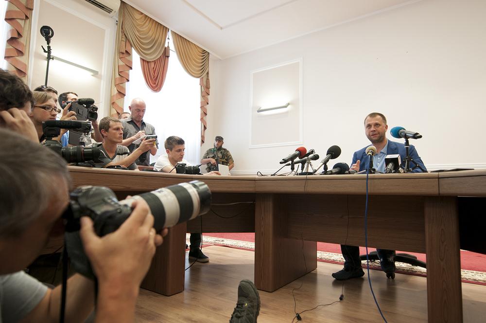 Alexander Borodai giving a press confrance inside the administrative building