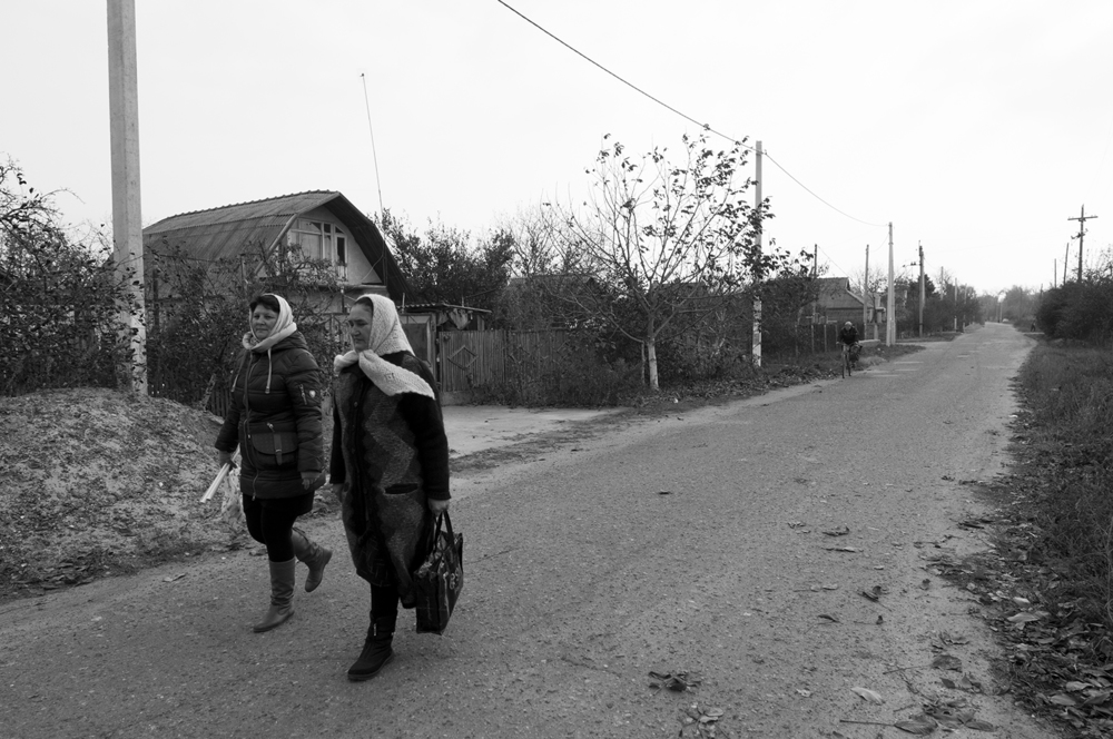 Two woman strolling in the village of Parcani