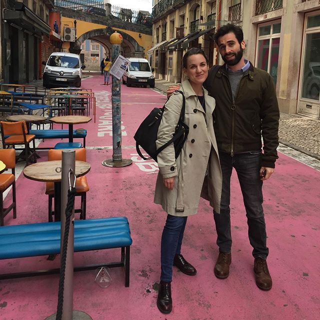 Fashionable people on the pink roads of Lisbon.