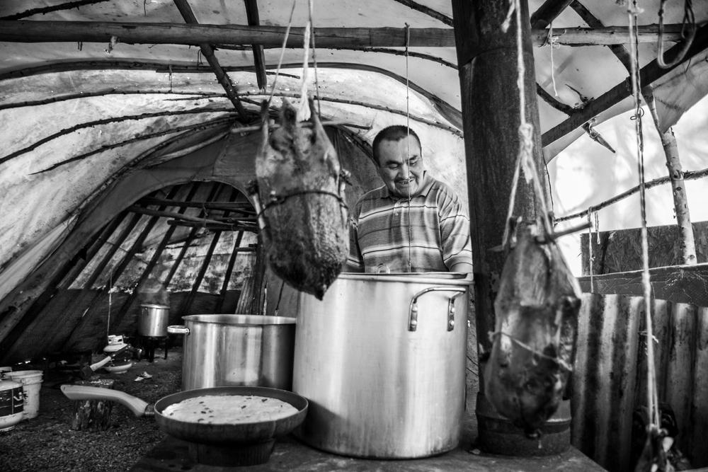 Abraham cuisine  de la banik (pain traditionnel cri), un ragoût d'orignal, et des oies sauvages.