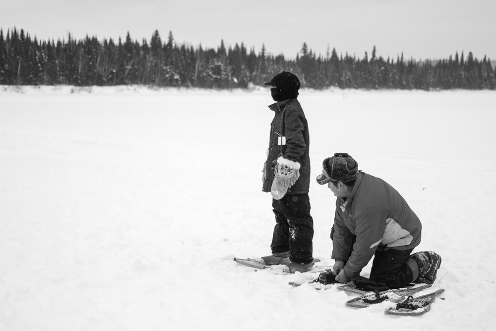 L'hiver, quand la neige ecouvre le paysage de plusieurs mètres parfois, les raquettes sont un outil nécessaires pour se déplacer à l'extérieur de la communauté.