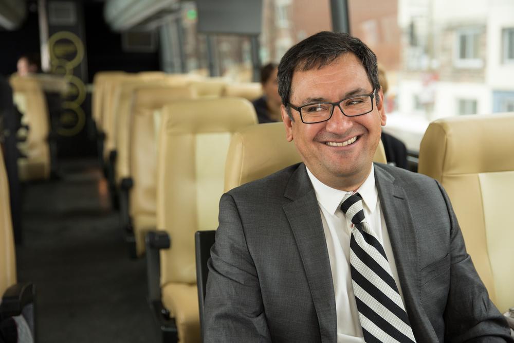 Andrés Fontecilla, co-porte-parole de Québec solidaire, dans l'autobus de campagne, surnommé la Caravane de l'amour.